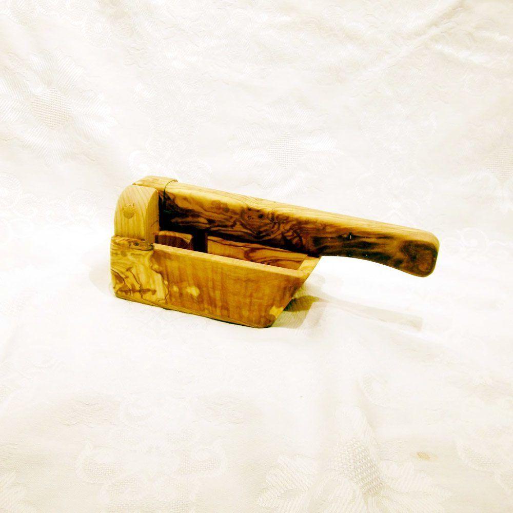 Cascanueces tradicional. Elaborado en madera de pino. Medidas: 27 x ...