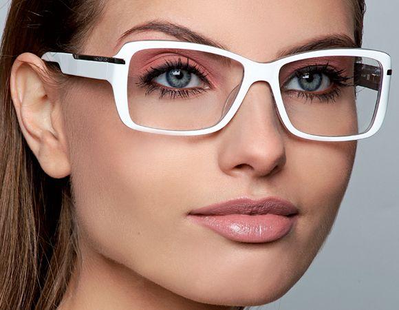 """bc1ce440a4fb5 Nada de criar uma """"make simplesinha"""" só porque você passa o dia com óculos  de grau. Copie esse tutorial e arrase na maquiagem"""