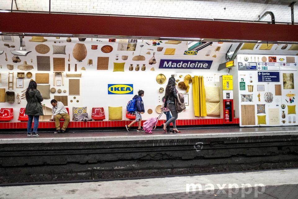 Paris France 12 Mai 2019 Operation Publicitaire Ikea Installe Du Mobilier Et Des Accessoires Sur Les Quais Du Metro Parisie Metro Parisien Agence Photo Paris