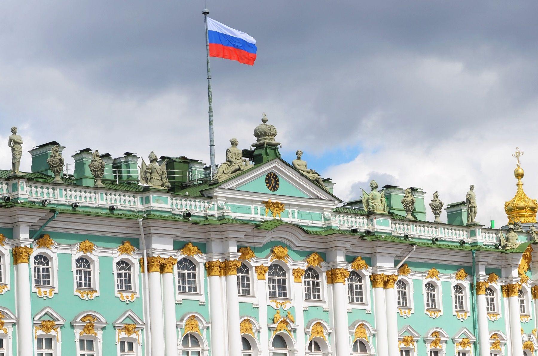 Eremitaaši on Pietarin ylpeys, Louvren taide Versaillesin saleissa: se on tsaarien Talvipalatsissa ja useassa muussa rakennuksessa sijaitseva taidekompleksi