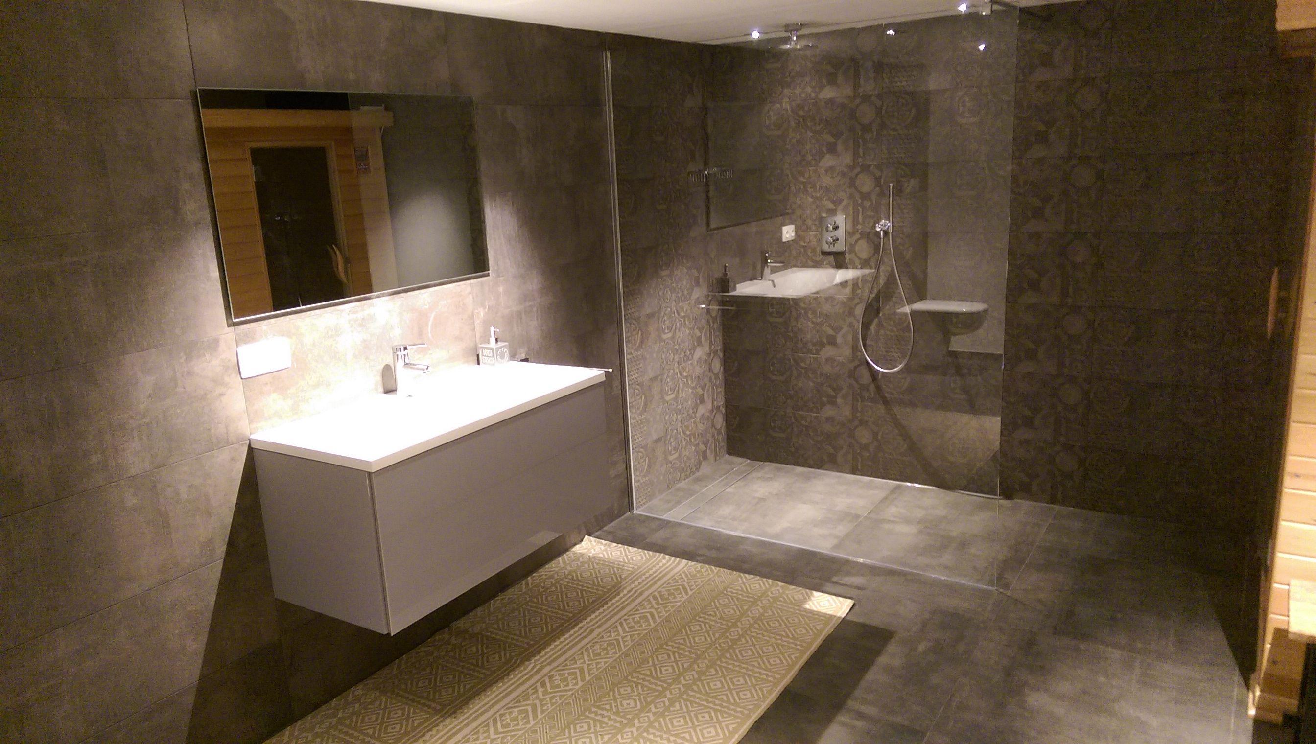 Luxe Donkere Badkamer : Donkere badkamer met inloopdouche en sauna badkamers badkamer