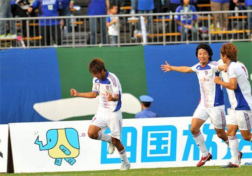 [ J2:第30節 徳島 vs F東京 ] 先手を取ったのは首位のF東京。16分、谷澤達也のCKからのボールを今野泰幸が繋ぎ最後は永里源気(写真)が押し込んで1点を先制した。  2011年10月2日(日):鳴門・大塚スポーツパークポカリスエットスタジアム