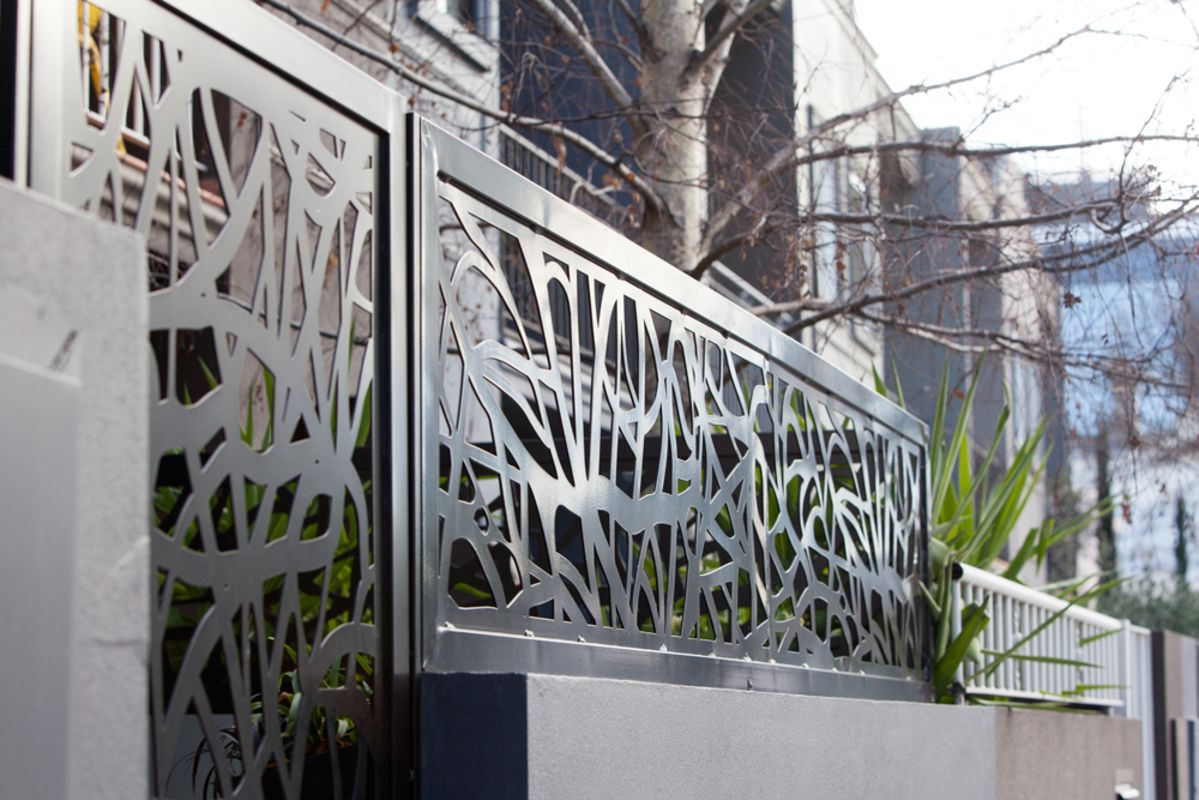 Contemporary organic fence toppers in Prahran, Melbourne, designed by  Entanglements metal art.