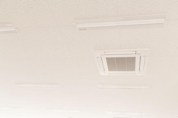 天井の掃除はワイパーで簡単にできる 頑固な汚れは重曹で解決