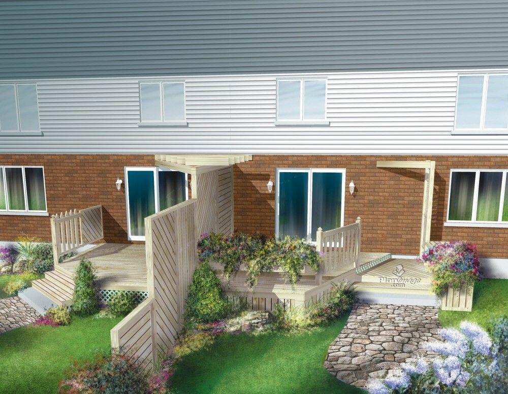 Cette grande terrasse en bois est ancrée à la maison et séparée en
