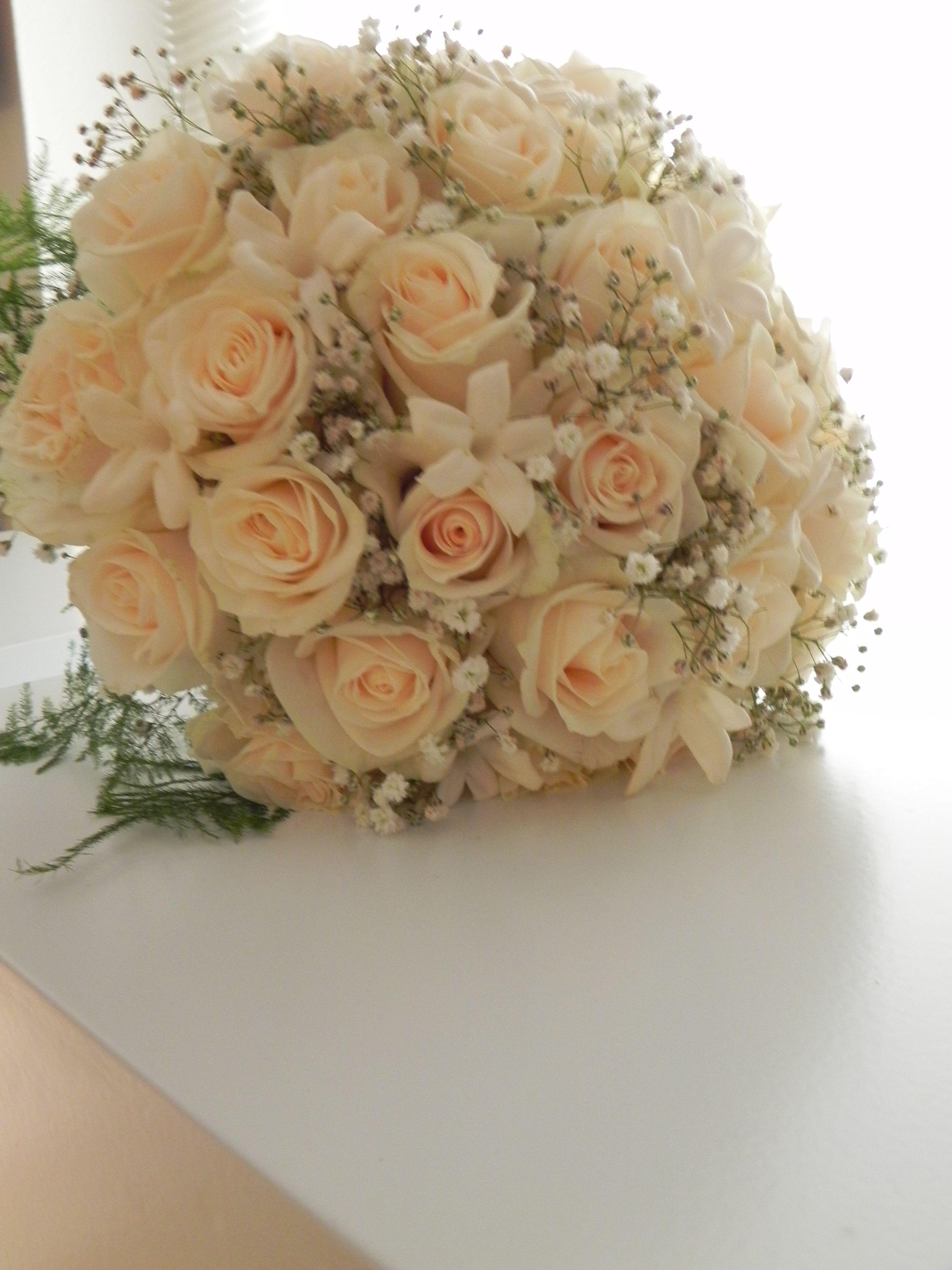 Bruidsboeket 21 De Romantiek Spat Ervan Af Rozen Stephanotis En Gips Floral Arrangements Diy Floral Arrangements Diy Arrangements