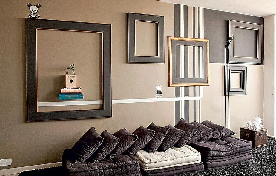 Experimente colocar molduras vazias em paredes coloridas ou estampadas. Projeto do arquiteto Mauricio Karam