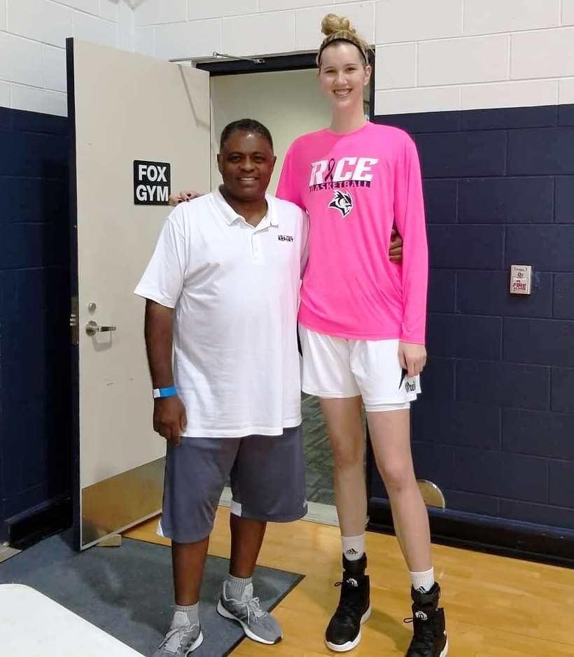 5ft11 180cm Vs 6ft9 206 By Zaratustraelsabio On Deviantart Tall Women Tall Girl Tall People