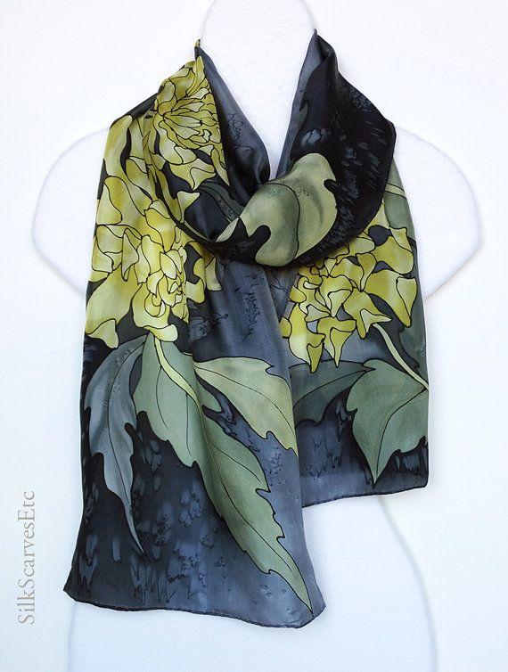 Mano crisantemos amarillo oscuro pintados con gris verde y gris olivo hojas sobre fondo gris y negro. Esta bufanda elegante será un destacado hermosa en un traje. Hará un regalo único para alguien especial.  La bufanda es de 14 x 70 tiene dobladillo enrollada a mano tradicional.  Yo