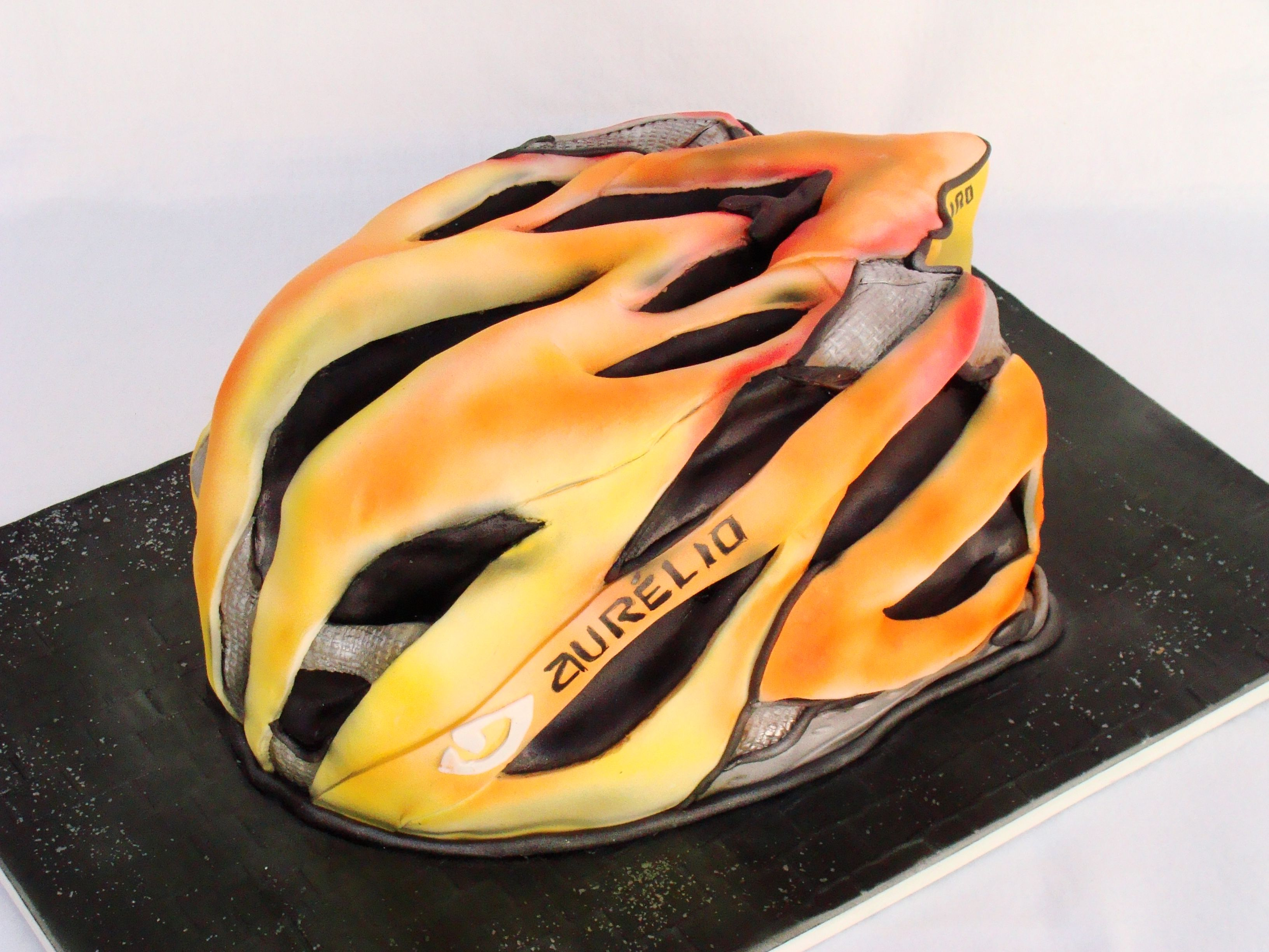 Bolo decorado esculpido capacete de bicicleta.