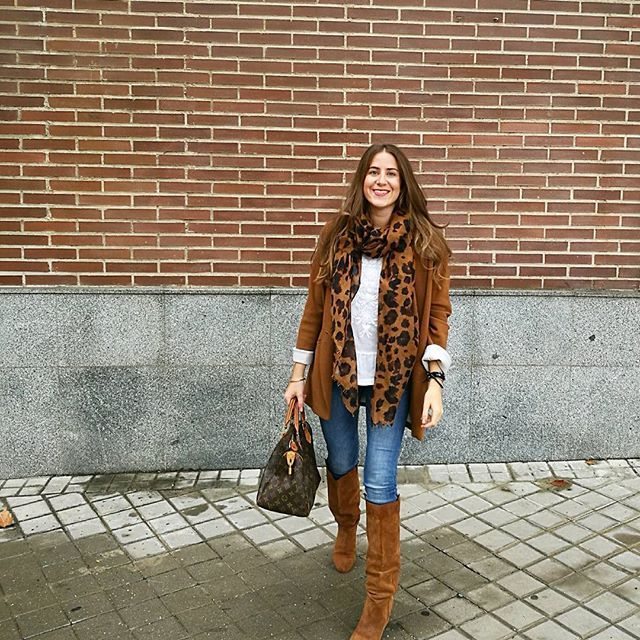 Good morning   Os dejo con mi look de hoy amores❤!! #outfitday #monturquoise #look #style #fashion #blog #leoprint #camel #skinnyjeans #boots #suede #blazer #whiteblouse #louisvuitton #bag #blogger #streetstyle #casual #outfit