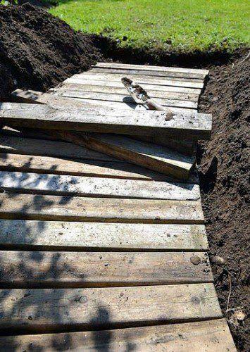 Construction Du0027une Allée De Jardin Avec Des Planches De Palette En Bois