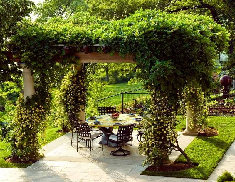 pergola garten kletterpflanzen begrünen schmiedeeisen möbel, Gartenarbeit ideen