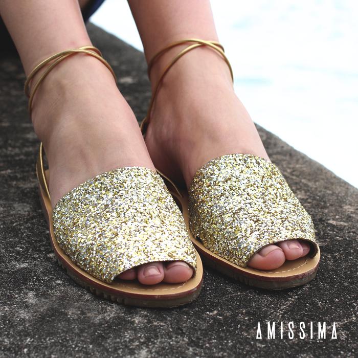 Rasteiras para o Verão! A sandália rasteira com brocado dourado transforma as produções mais básicas, garantindo um toque sofisticado e confortável para o dia a dia.  Shop Online -- Sandália → http://bit.ly/1HmYctV  #fashion #outfit #moda #modafeminina #acessórios