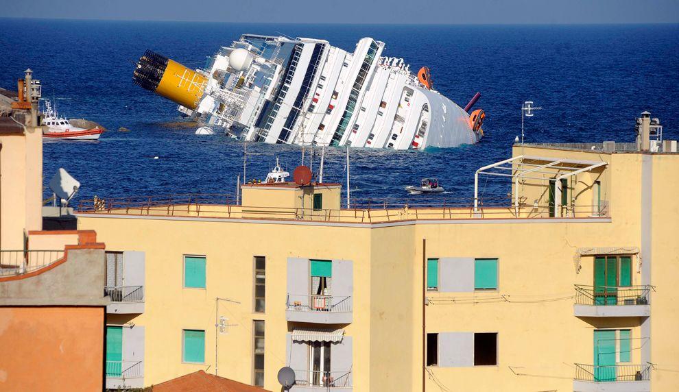 Costa Concordia Cruise Ship Runs Aground Off Coast Of Italy Cruise Ship Costa Concordia Disaster Concordia
