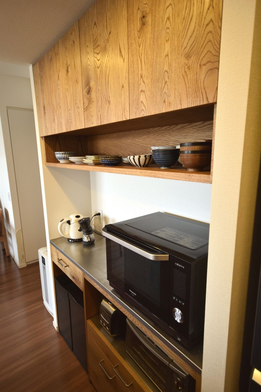 ナラ材節あり無垢材を使った食器棚 浮造り仕上げ オイル塗装 渋赤