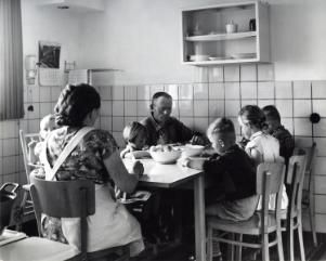 Woonkamer met open keuken en huisbar van de familie Geerlof in ...