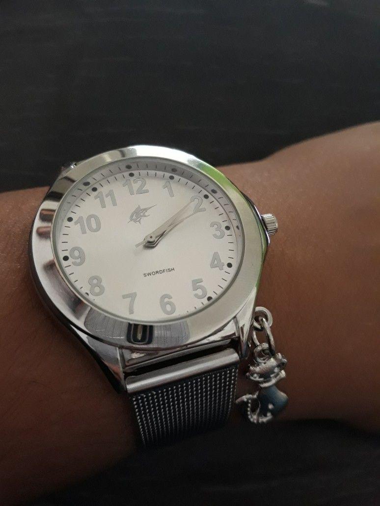 3cfa94c6403 Relógio baratinho com pulseira em malha! Bom