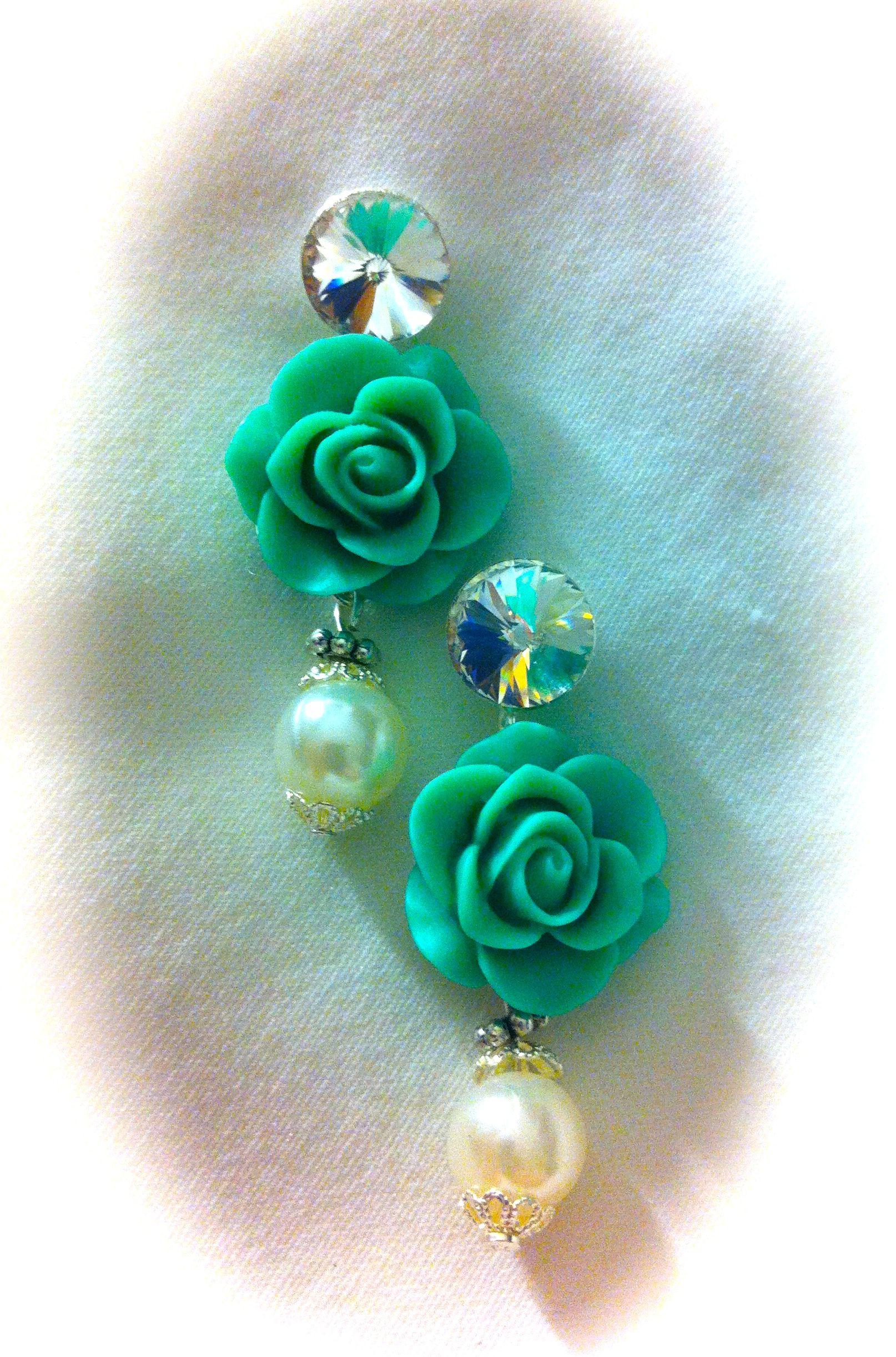 Pendientes Vintage, con 2 rosas color turquesas, swarosvkis de 12mm y perlas blancas de cristal con embellecedores metálicos. 10€