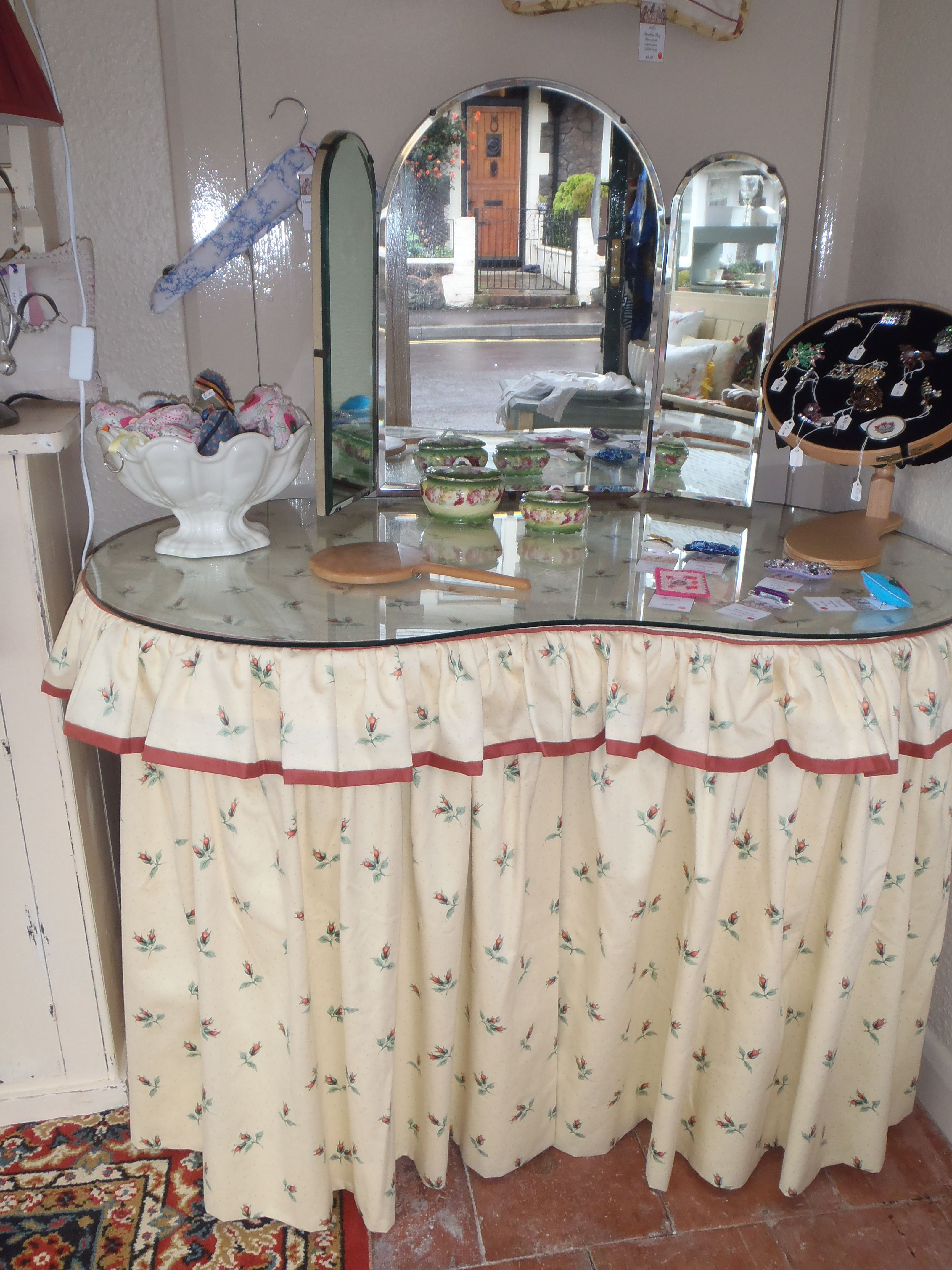 Pretty Little Kidney Shaped Dressing Table I Want To Try This On My Old Vanity Decor