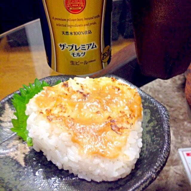 今日は土曜日なので、いつもより高級なビールにしました(⌒▽⌒) おでんを頂いたので、焼きおにぎりを作りました。楽チーン 焼肉のタレと味噌を合わせて、に塗って焼きました(*^^*) - 54件のもぐもぐ - 焼きおにぎり by yuinori
