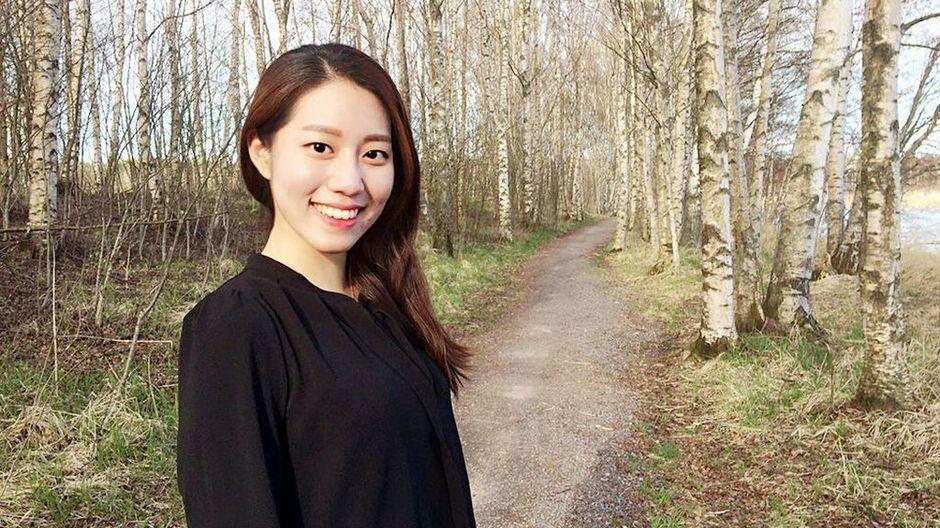 Eteläkorealainen Su Bin Baek keräsi rohkeutensa ja uskaltautui ventovieraan sohvalle tuntemattomaan maahan. Hän halusi saada selville, miksi suomalaiset hymyilevät aina.