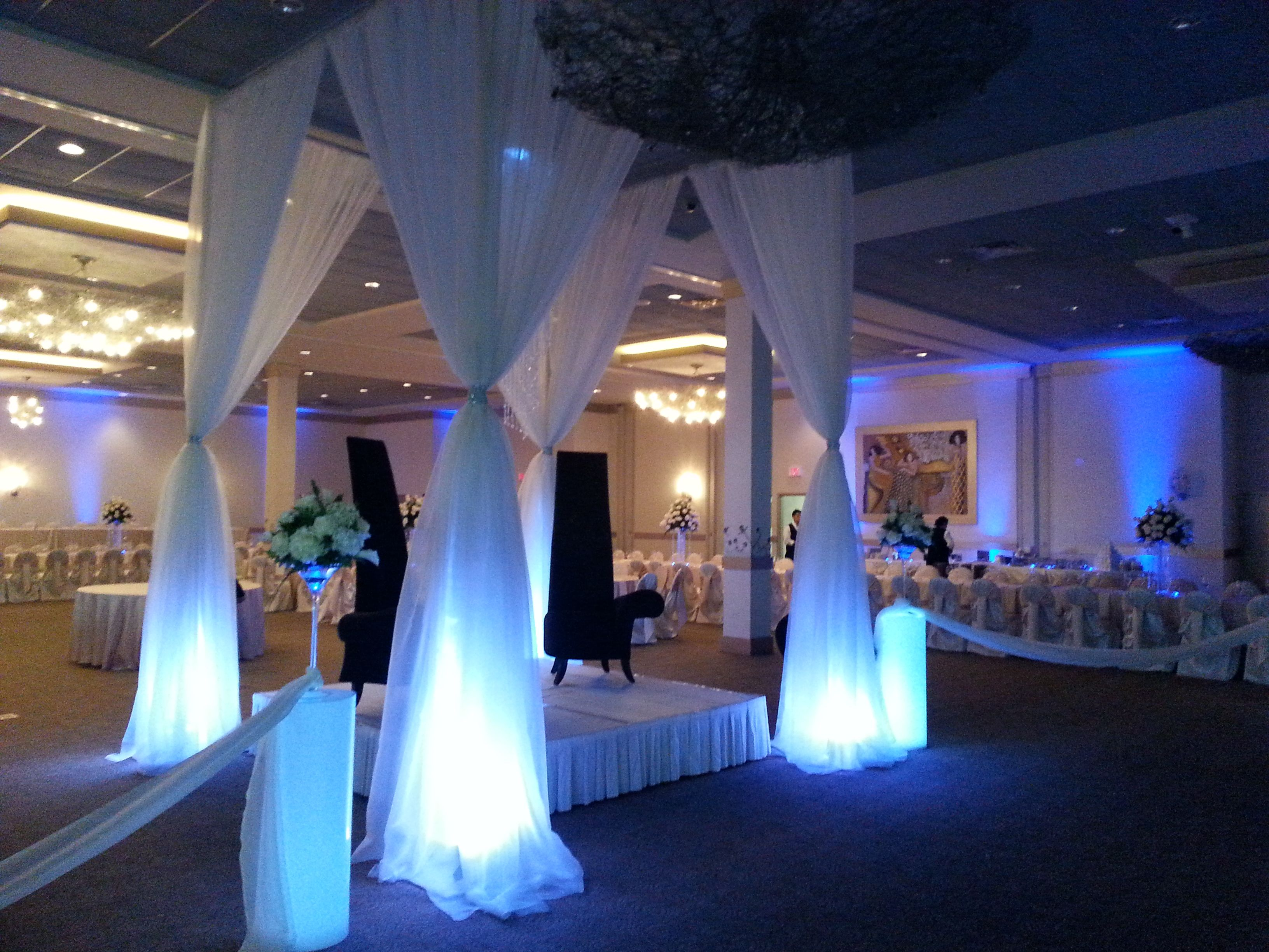 Modern And Slick Wedding Canopy Includes Acrylic Columns Stage