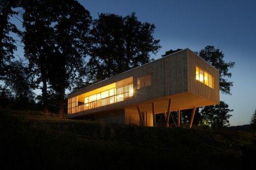 Une maison en bois sur pilotis Wool insulation, Unusual buildings