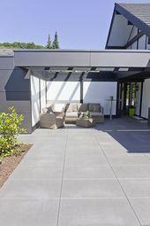 Photo of Tolle Farbwahl der Terrassenplatten in Kombination mit der Hausfarbe. Die natür …