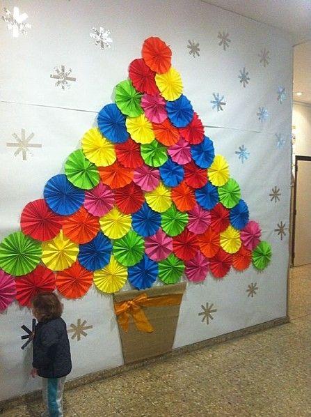 Original árbol de navidad realizado con folios de colores en forma de círculo.