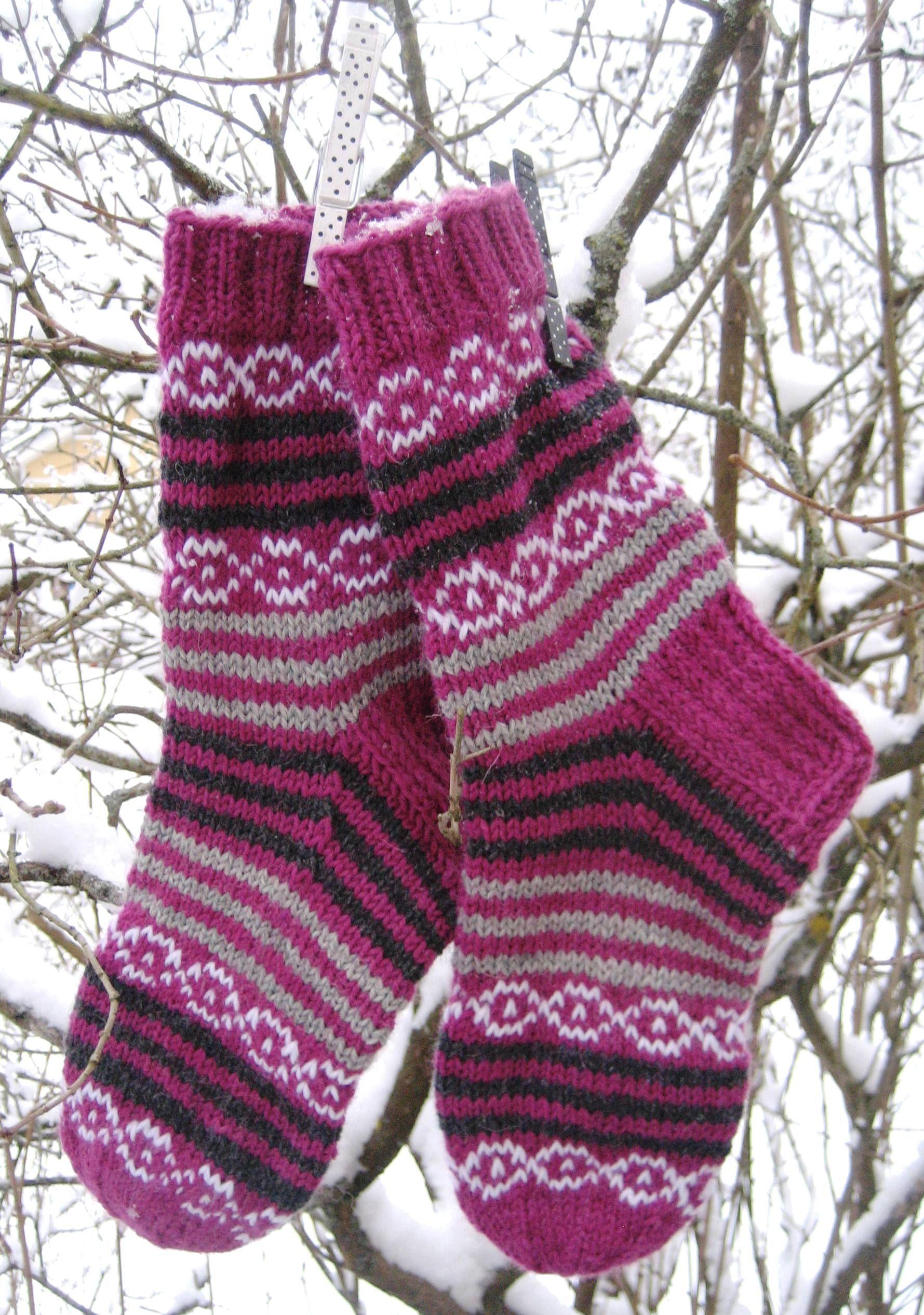 Mustaherukka-sukat / Socks  https://www.facebook.com/handmadebymemmu/  #iinun#mustaherukka