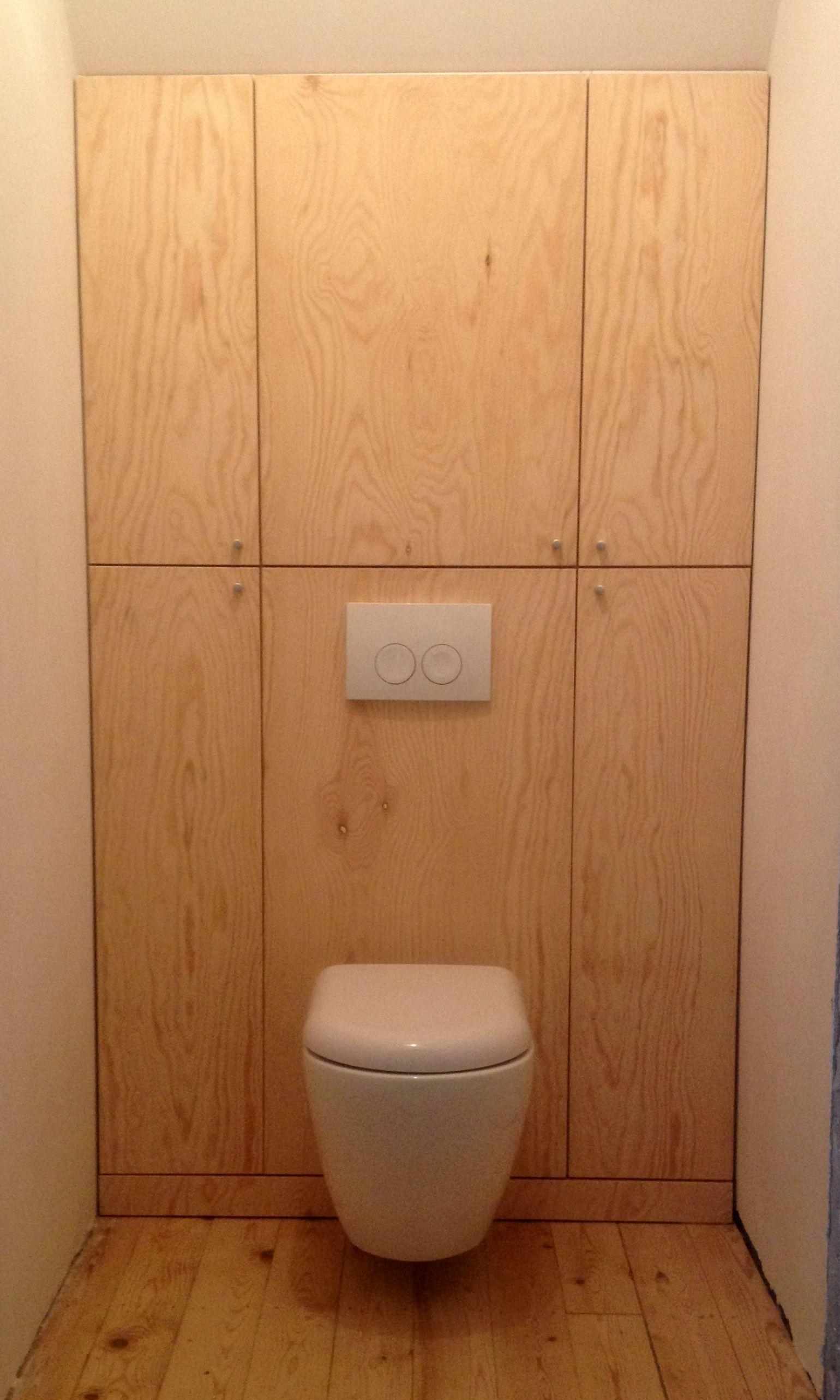 Combinatie van kastenwand (onder schuin dak) met hangtoilet.