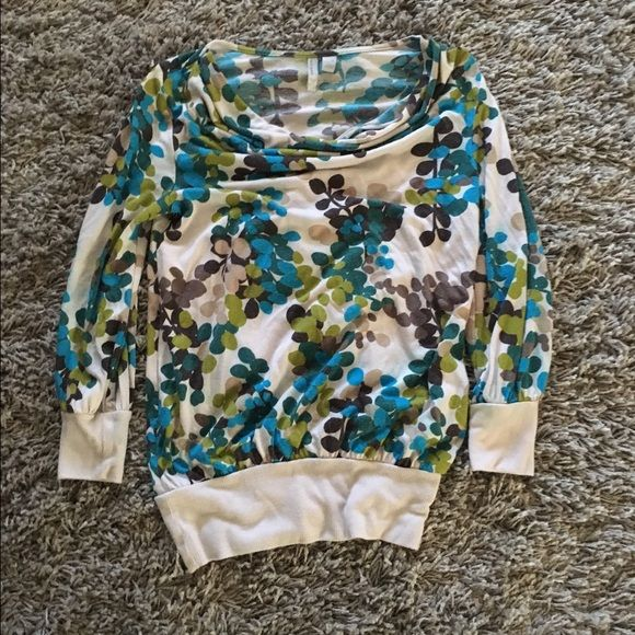 Loose scoop neck 3-quarter length old navy top This is an xs low scoop next top that fits at the bottom and at end of sleeves. It is very comfortable and perfect for any season. It has been worn and loved but can be worn for years to come Old Navy Tops Blouses