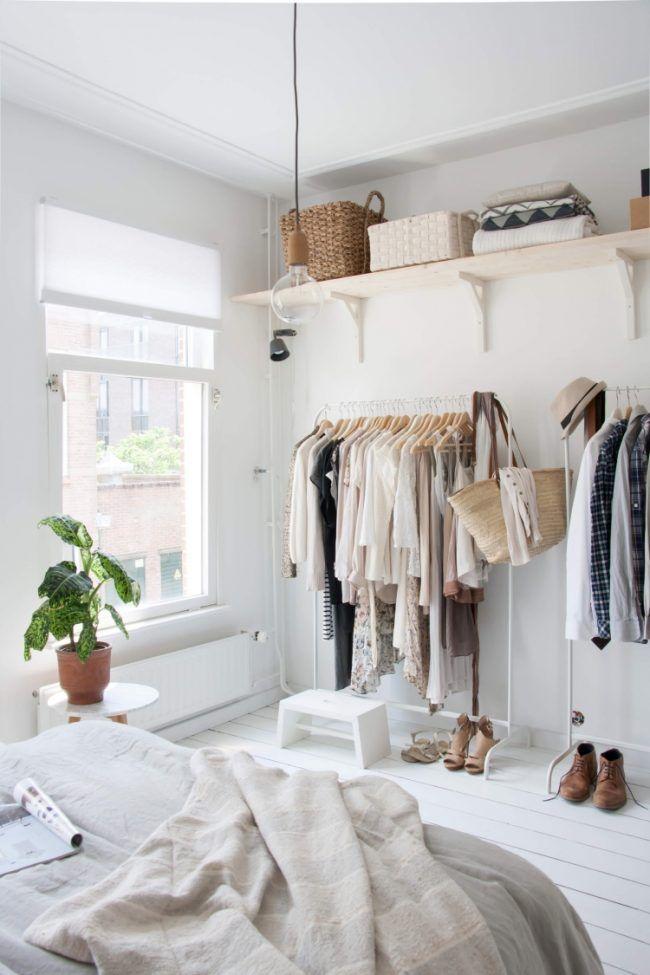 kleiderstange-kleiderschrank-schlafzimmer-weiss-bett-fenster - schlafzimmer deko wei