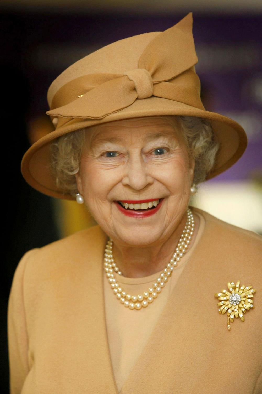 The Queen Of Brooches In 2020 Queen Elizabeth Elizabeth Ii Queen Hat