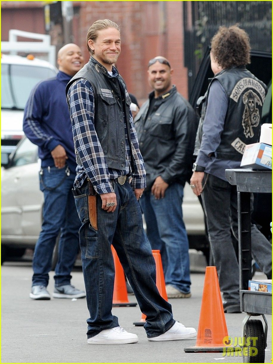 Charlie Hunnam Rocks Plaid While Shooting Scenes For The Last Episodes Of His Hit Show Sons Of Anarchy On Tuesday Octob Charlie Hunnam Charlie Sons Of Anarchy