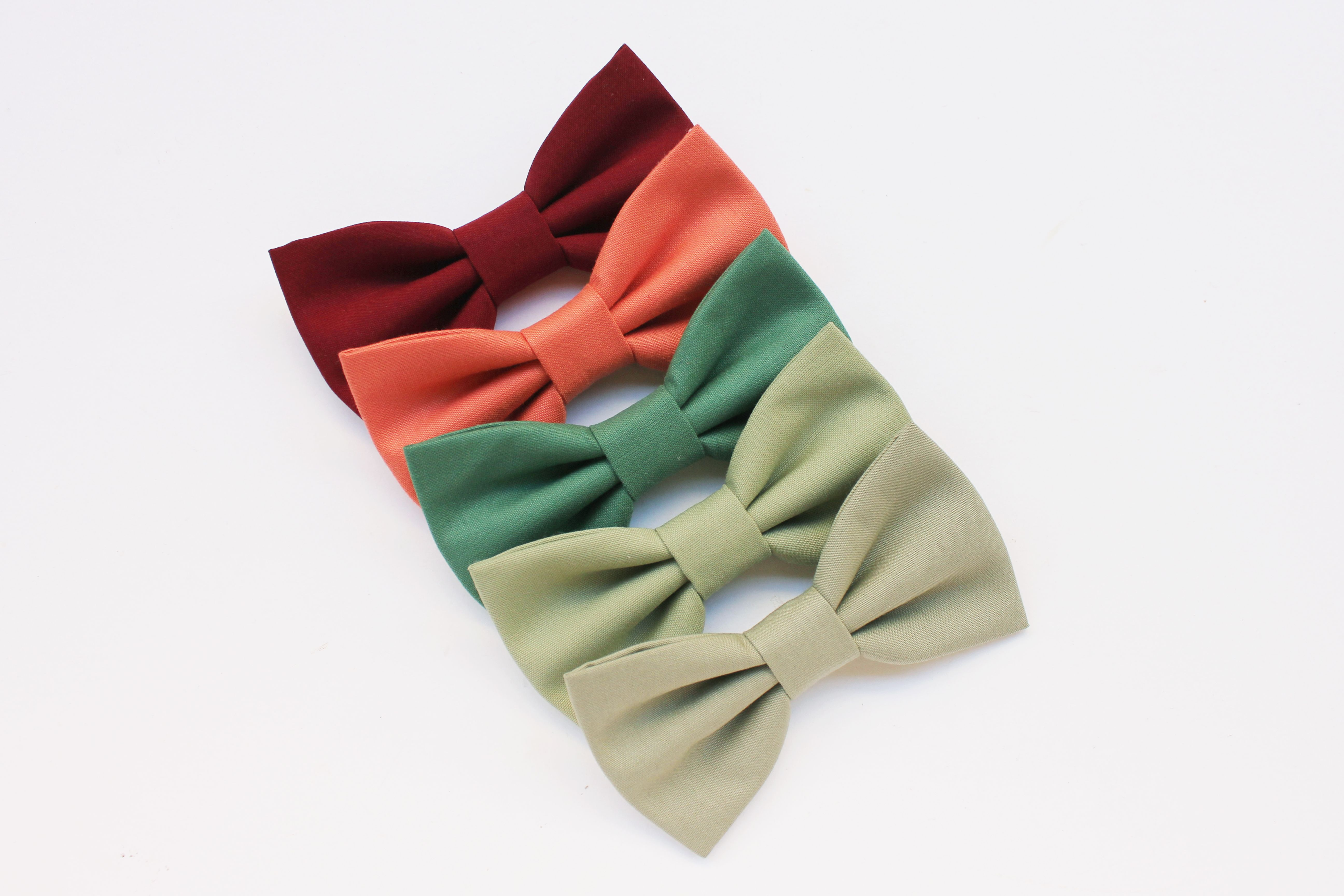 Bow tie for men color burgundy, burntorange, sage green, olive green, eucalyptus. Fall winter wedding inspiration 2020, color trend 2020, #colortrend2020 #colortrend #trendwedding #bohochicwedding #rusticwedding #bohemianwedding #vintagewedding #winterwedding #fallwedding #bowtie #bowtieforgroom #groomsmengift #sunsetwedding #sagewedding #burntorange #burntoragewedding #olivewedding #eucalyptuswedding #matrimonioinverno #matrimonio2020 #burgundyweddingtheme #burgundy #burgundybowtie #bridal2020