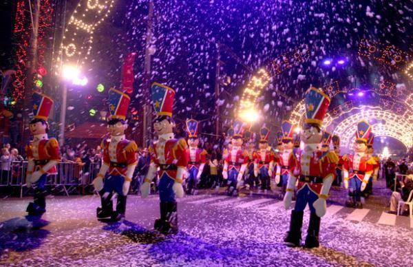 Gramado - RS - Brasil !      Visite nosso portal que está conectando sonhos no Natal ! www.CartinhaaoPapaiNoel.com.br    Wonderful Christmas parade at Gramado - Rio Grande do Sul