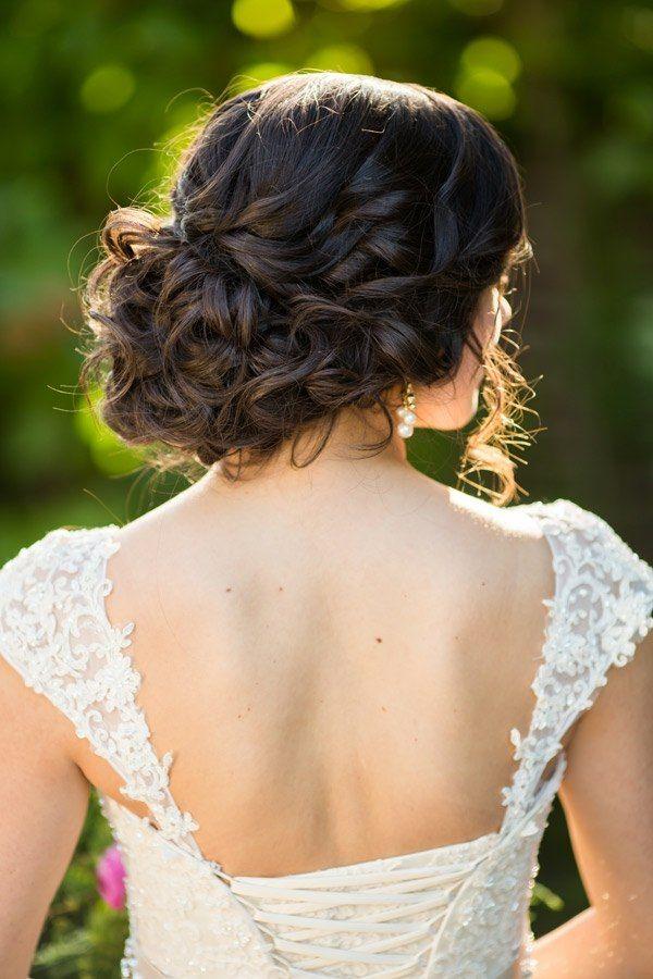 Lockige Haare Dutt Hinten Mit Feinen Strahnen Frisuren Wedding