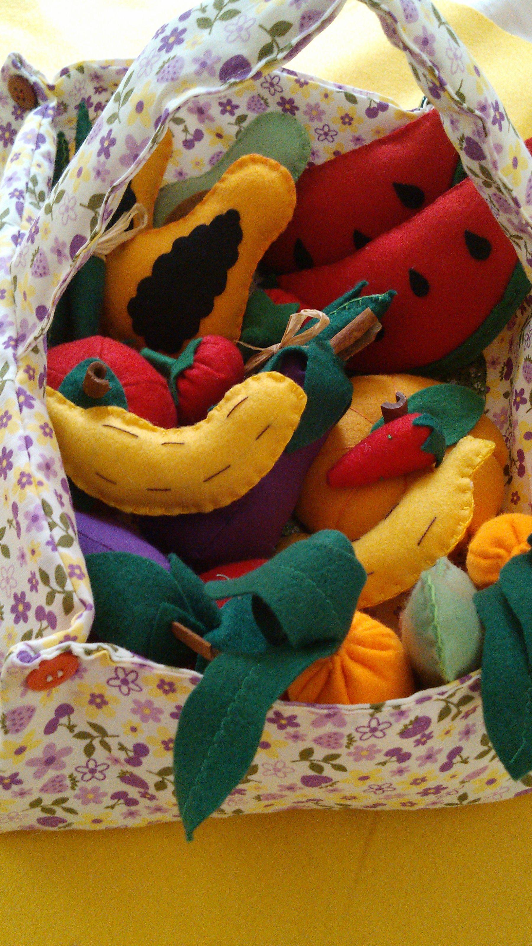 cesta de tecido com legumes e frutas de tecido e feltro
