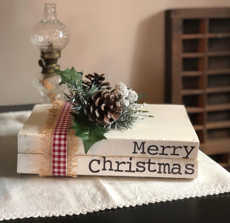 """Bauernhaus gestapelte Bücher gestempelt """"Frohe Weihnachten"""" Vintage Bücher, rustikales Dekor   – Farmhouse Stacked Stamped Books"""