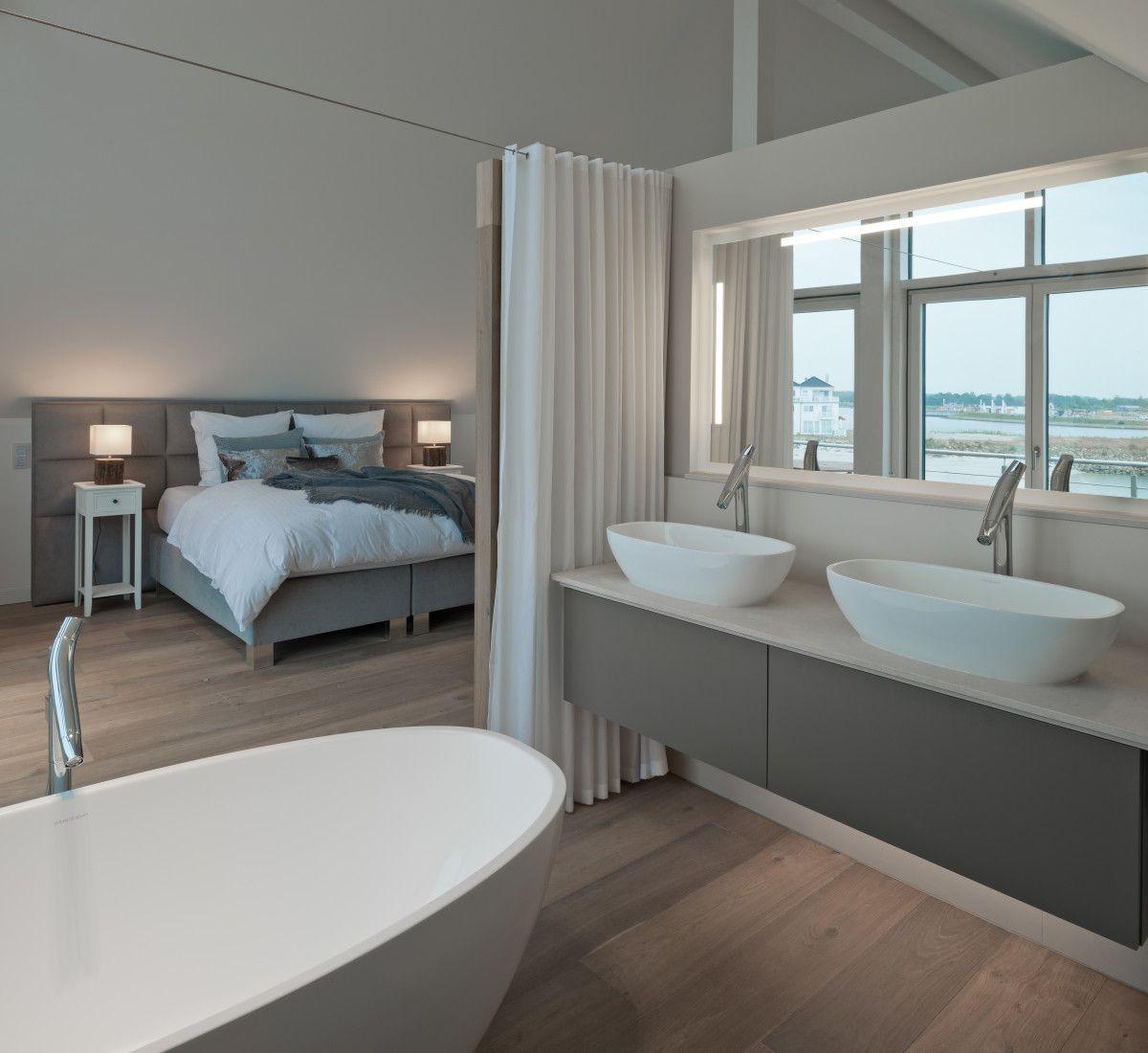 Minimalistisches Badezimmer Doppelwachbecken grau weiß Holz ...