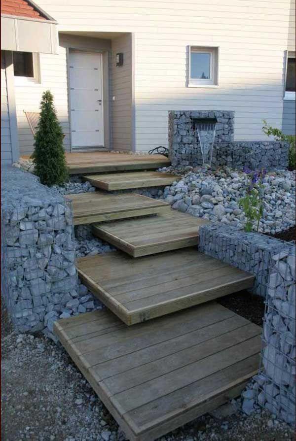 Escalera de entrada con madera y muros de gaviones for Escaleras exteriores