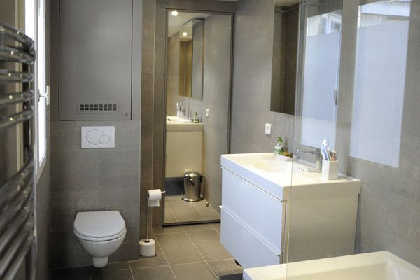 dans la salle de bains on a rajout un coin toilettes avec une cuvette suspendue et une chasse. Black Bedroom Furniture Sets. Home Design Ideas
