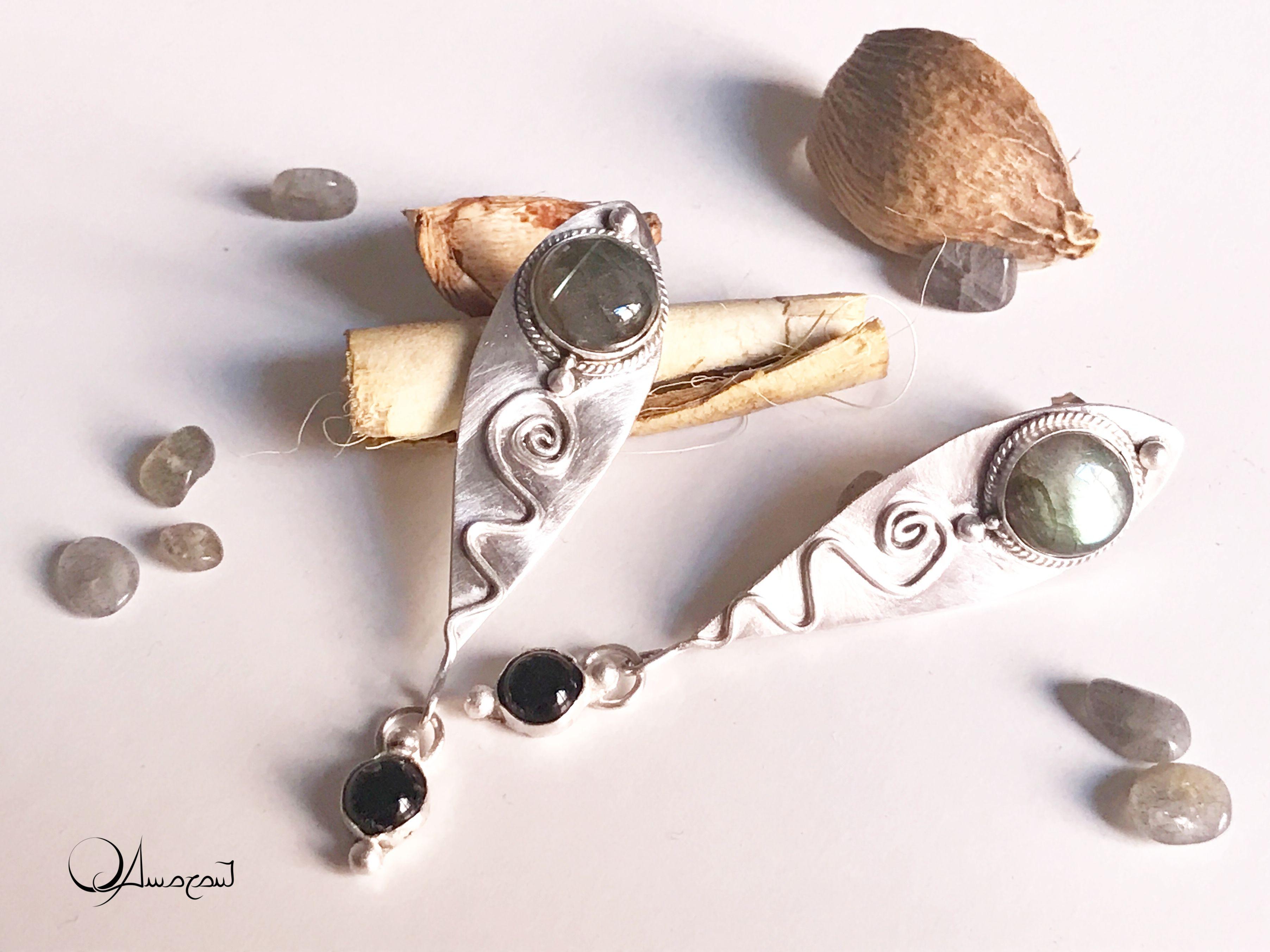 """Orecchini a perno """"QAmarant"""", argento 925, labradorite e onice nera."""