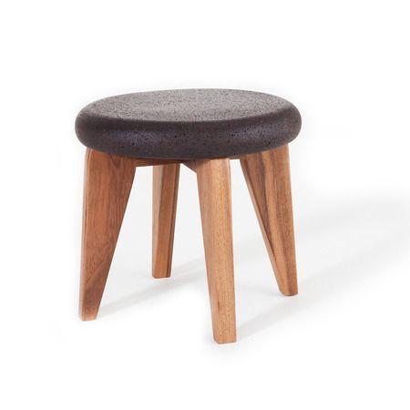 Natürlich, leicht, weich, warm – von der Sitzfläche des kleinen Hockers KORK willst du gar nicht mehr runter. Und wenn die Sitzfläche selbst mal runter muss, zu einem Umzug etwa oder zum verstauen: Der hölzerne Unterbau des Möbels ist in eine Nut der Korkkomponente gesteckt, beide Teile sind einfach trenn- und wieder ineinander steckbar.