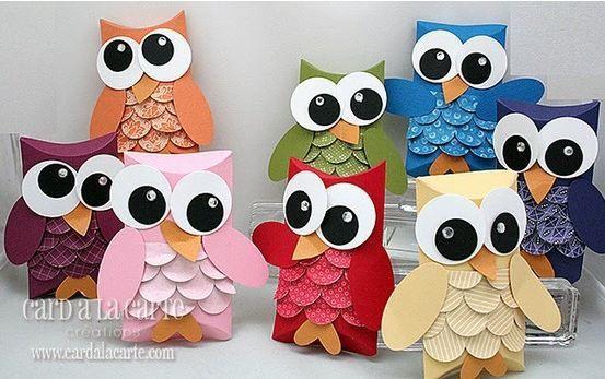 BÚHOS DE COLORES.  Son en cajitas, pero es una muy buena opción para adaptarlas el diseño y coloridos en telas. :)