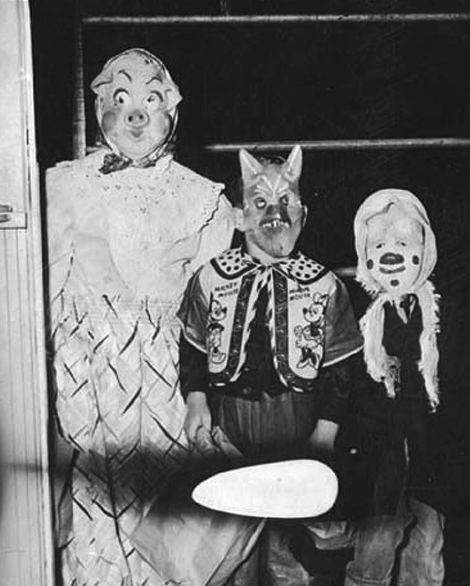 Old Black And White Halloween Pictures Creepy Halloween Costumes Creepy Vintage Vintage Halloween Photos