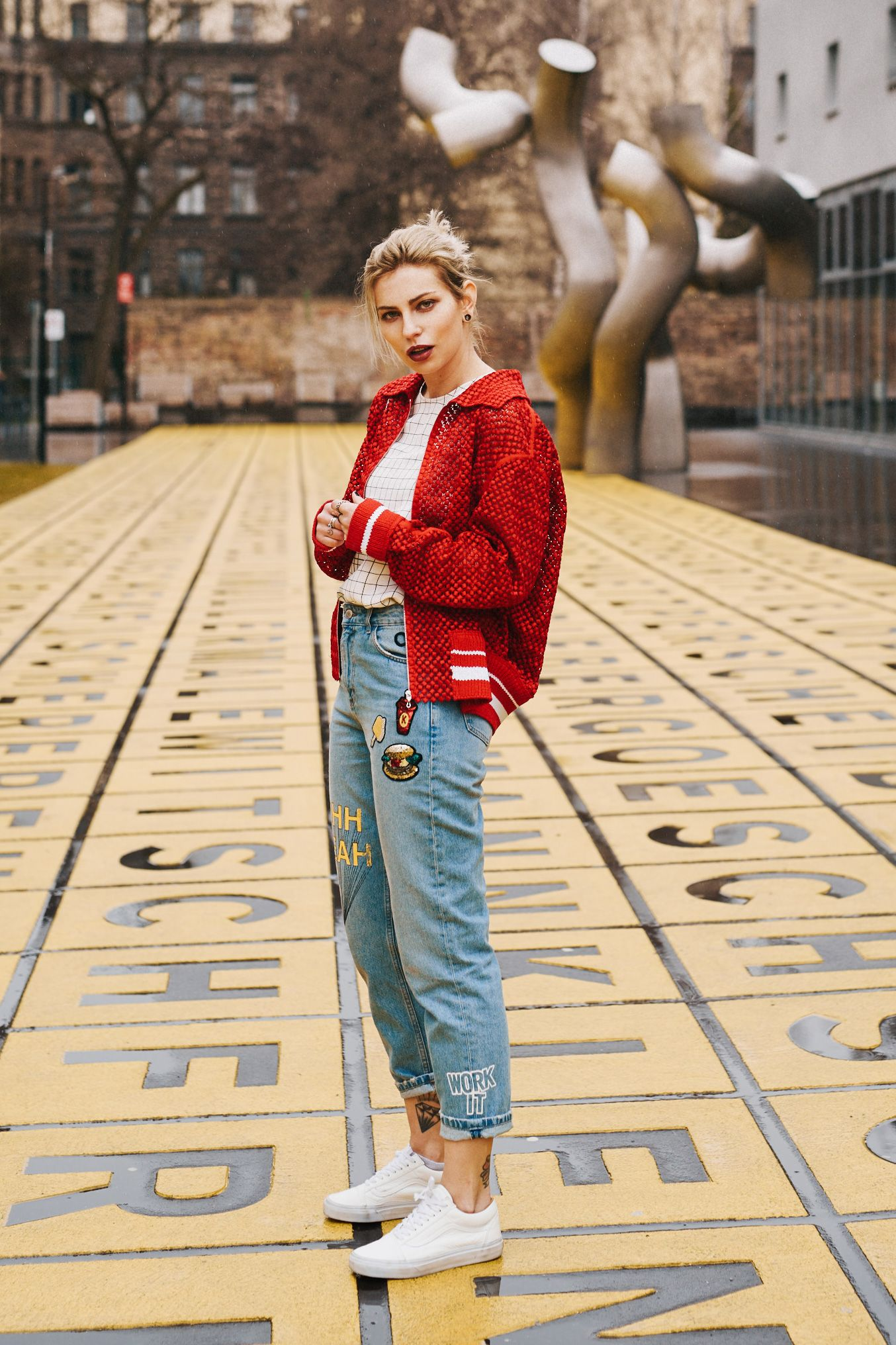 Sportliches und l ssiges herbstoutfit rote college jacke und jeans mit patches outfitinspo - Rote college jacke ...
