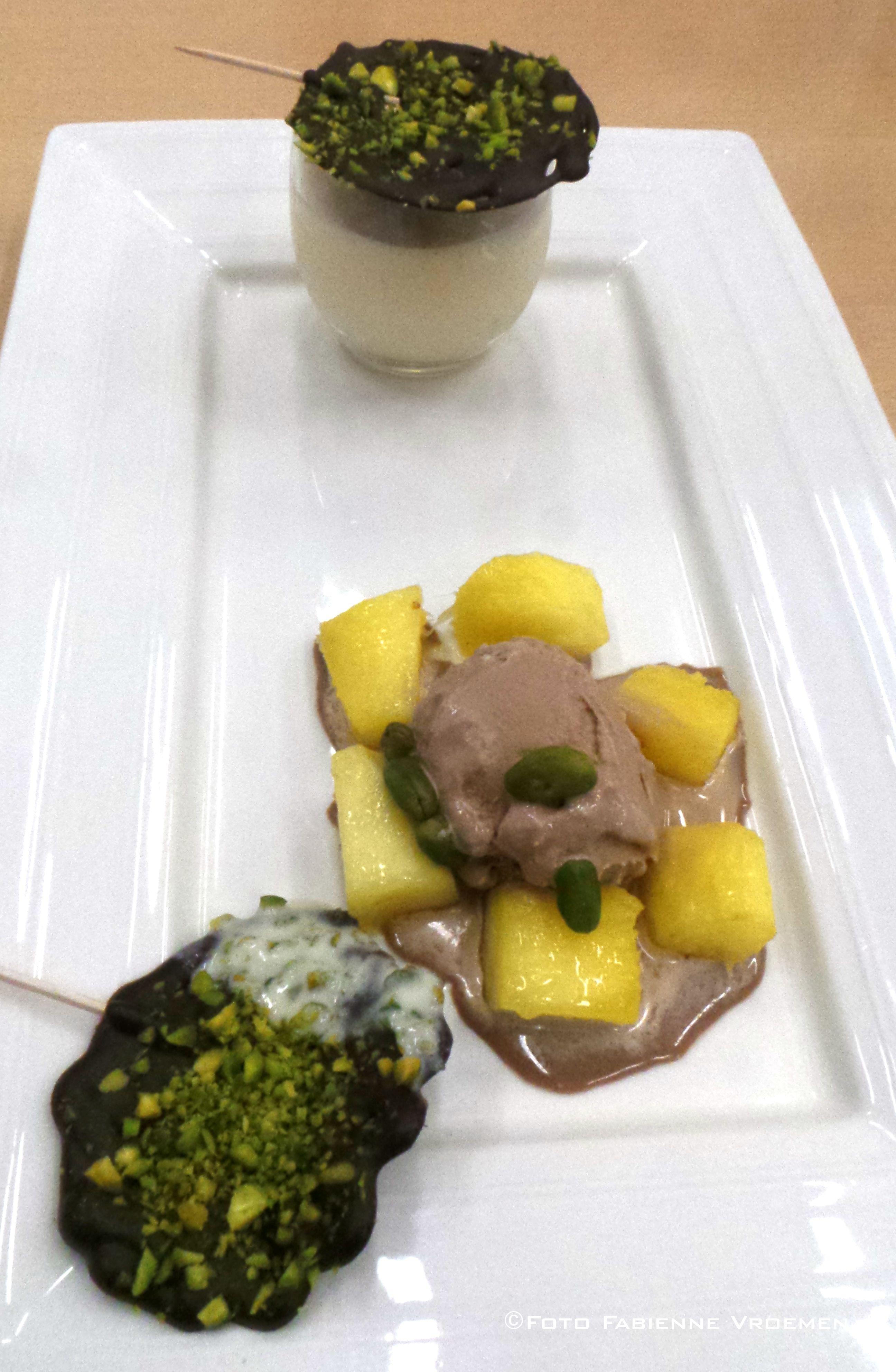 Brochette van mango, ijs van chocolade en cappuccino van banaan